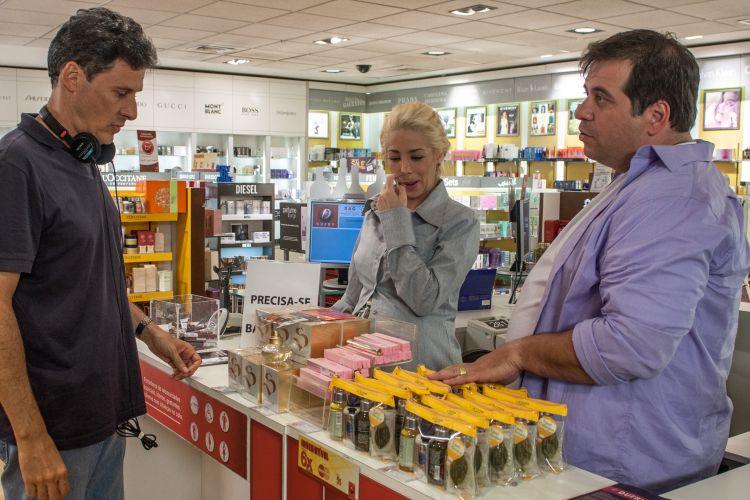 O diretor Roberto Santucii conversa nos bastidores do filme com Danielle Winits e Leandro Hassum, que interpretam o casal Jane e Tino