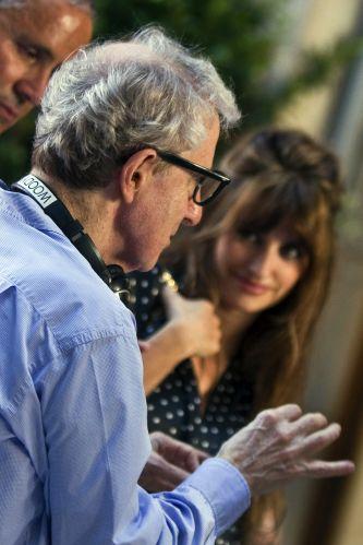 Woody Allen dirige Penélope Cruz durante gravações de