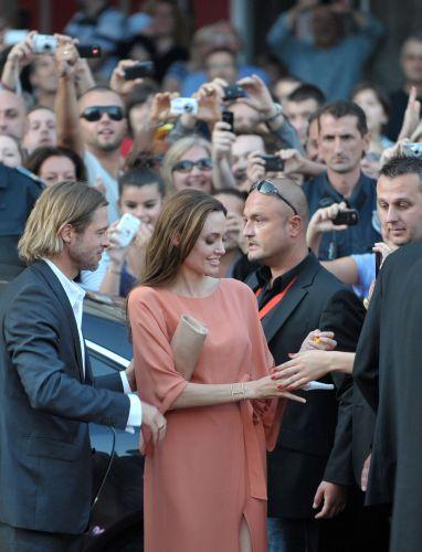 Acompanhada de Brad Pitt, Angelina Jolie dá autógrafos no Festival de Cinema de Sarajevo, na Bósnia. A atriz recebeu um homenagem especial no evento por ter dirigido o filme,