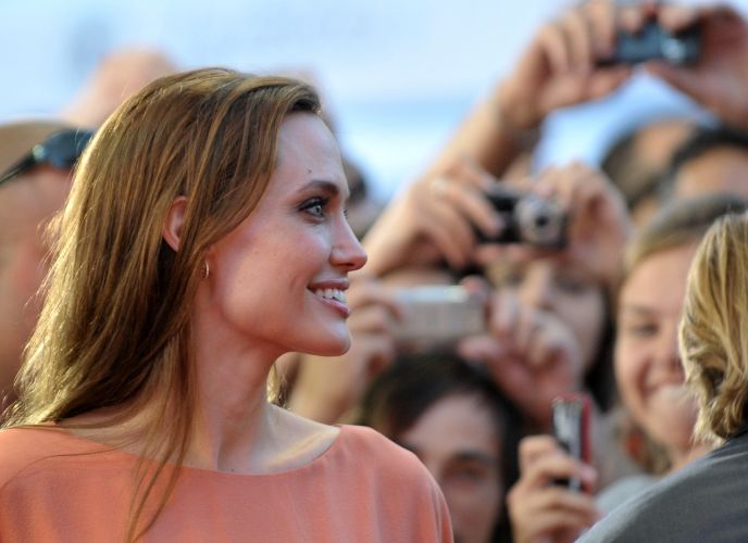 Angelina Jolie no Festival de Cinema de Sarajevo, na Bósnia. A atriz recebeu um homenagem especial no evento por ter dirigido o filme