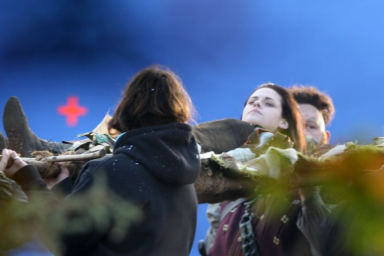 A atriz Kristen Stewart, que vive a Branca de Neve, aparece deitada em uma maca durante as filmagens de