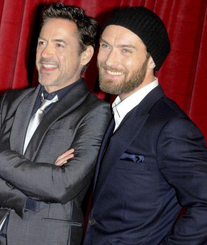 Os atores Robert Downey Jr. e Jude Law posam para fotos na estreia europeia de