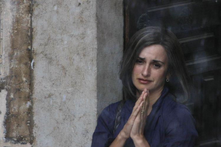 Com cabelos grisalhos e óculos, Penélope Cruz grava cenas do filme