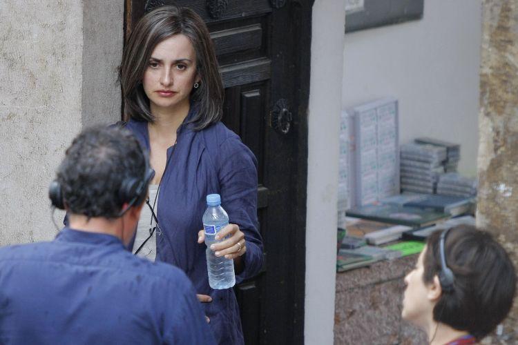 Com cabelos grisalhos, Penélope Cruz grava cenas do filme