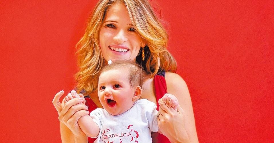 Ingrid Guimarães posa com a filha Clara, de três meses, no set de filmagens do filme