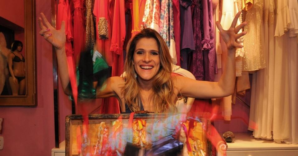 A atriz Ingrid Guimarães visita um sex shop no Leblon, no Rio, em foto de 2009