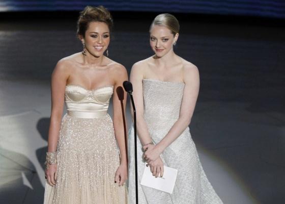 As jovens atrizes Miley Cyrus e Amanda Seyfried apresentam uma categoria durante a 82ª cerimônia de entrega dos prêmios Oscar (07/03/21010)
