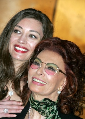 Sophia Loren posa para foto com Margaret Madè, atriz que interpreta Loren na cinebiografia ''La Mia Casa è Piena di Specchi''