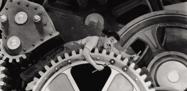 Charles Chaplin em cena do filme clássico ''Tempos Modernos''