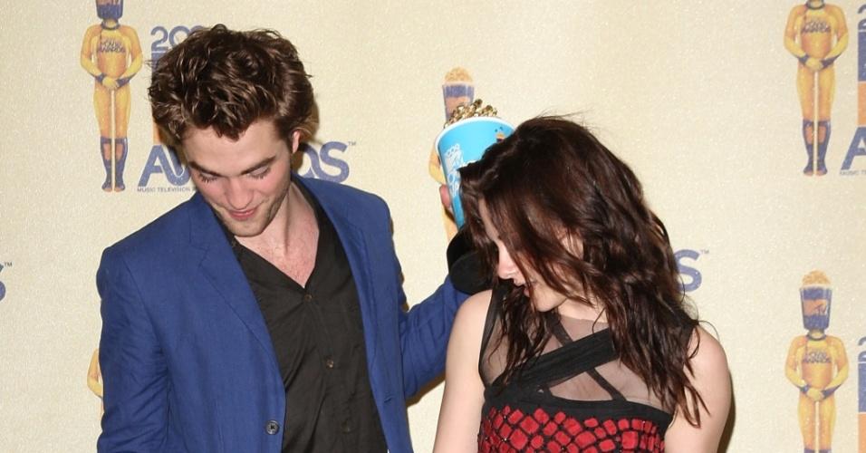 Robert Pattinson e Kristen Stewart, com seus troféus, no MTV Movie Awards 2009