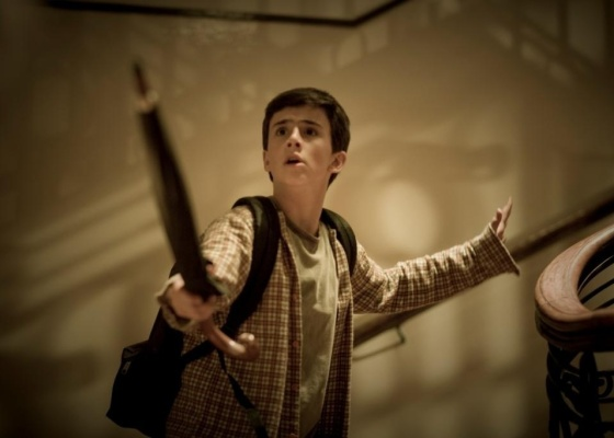 Lucas Cotrim usa todos os recursos para enfrentar o inimigo em ''Eu e Meu Guarda-Chuva'', de Toni Vanzolini