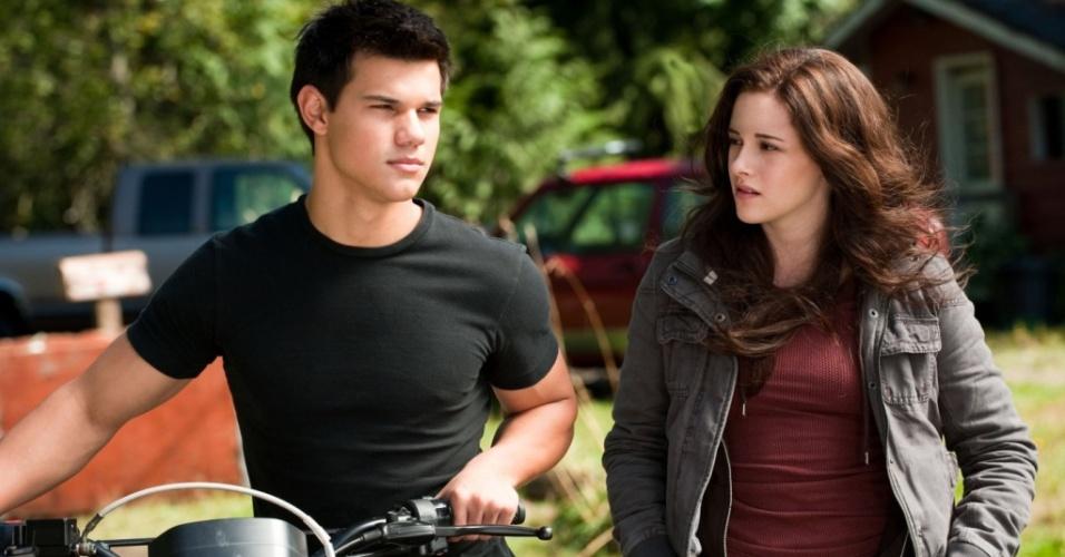 Jacob (Taylor Lautner) e Bella (Kristen Stewart) em cena de