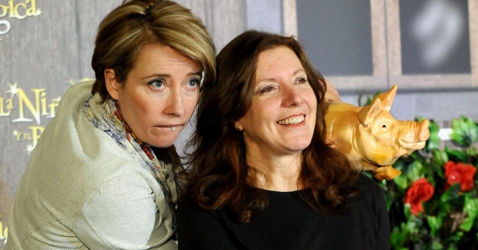 Emma Thompson entra no clima de sua personagem ao lado da diretora Susanna White na pré-estreia de ''Nanny McPhee e as Lições Mágicas'' na Espanha, em imagem de março de 2010