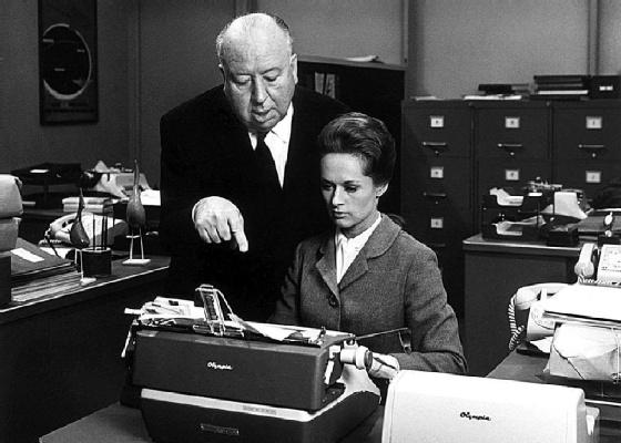 O cineasta Alfred Hitchcock orienta a atriz Tippi Hedren antes de rodar uma cena para ''Marnie'' (1964)