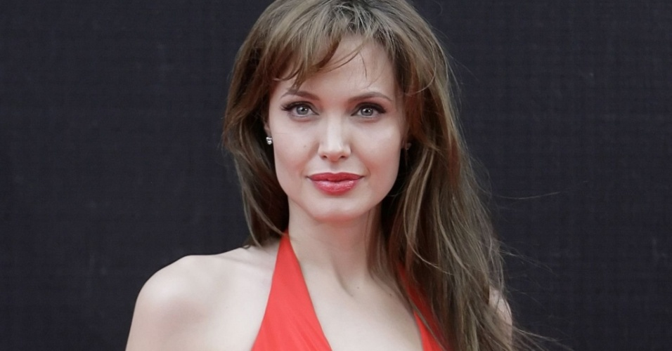 Angelina Jolie aparece de vestido vermelho na première de ''Salt'', em Moscou (25/07/2010)
