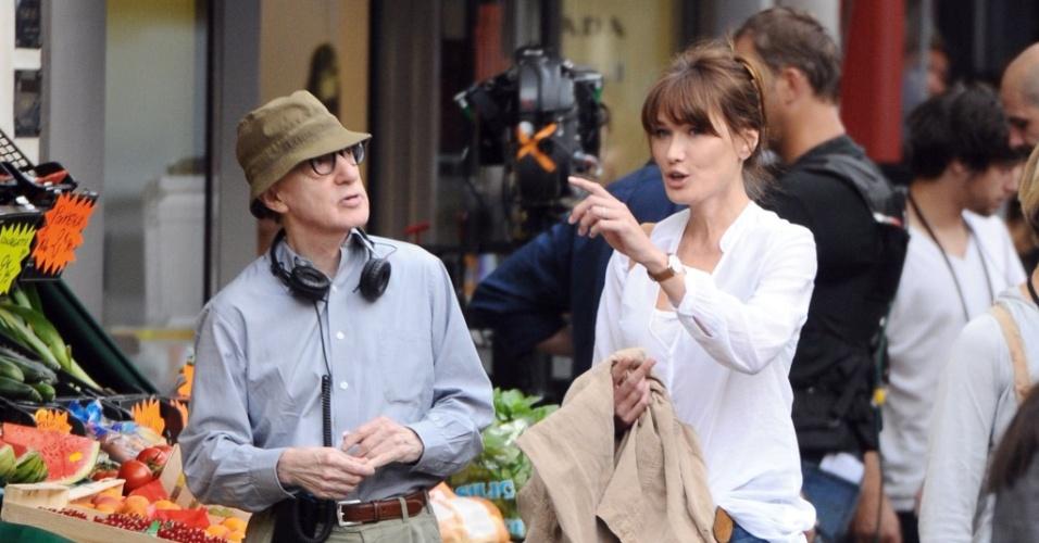 Carla Bruni conversa com o diretor Woody Allen nas filmagens de