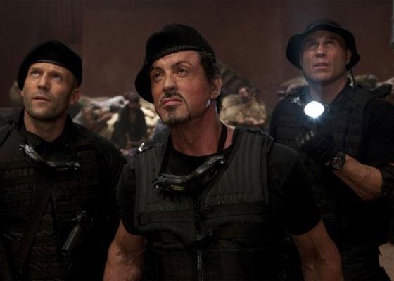 Sylvester Stallone (centro), aparece em cena de ''Os Mercen�rios'', ao lado dos atores Jason Statham (� esquerda) e Randy Couture