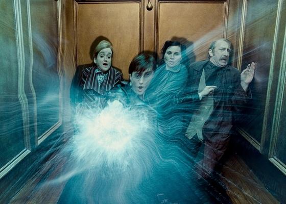 Em Relíquias da Morte - Parte 1, Harry Potter (Daniel Radcliffe) vive momentos de tensão no Ministério da Magia