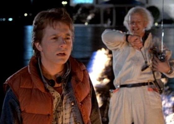 Marty McFly (Michael J. Fox) e seu amigo Doc (Christopher Lloyd) em cena de ''De Volta para o Futuro (1985)