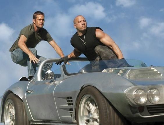 Paul Walker e Vin Diesel aparecem em cena de ação de ''Velozes Cinco''