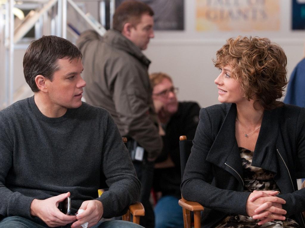 Matt Damon conversa com Cecile de France em um intervalo das filmagens de