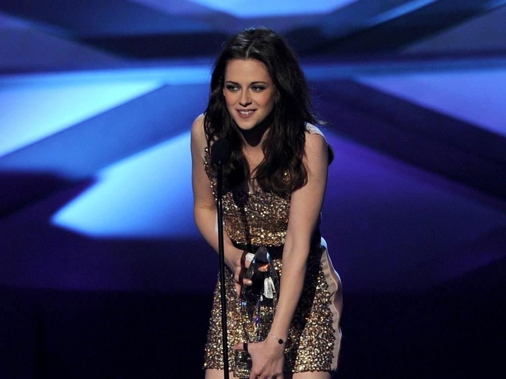 Kristen Stewart aceita o prêmio de atriz favorita no palco do People's Choice Awards, nos EUA (5/01/2010)