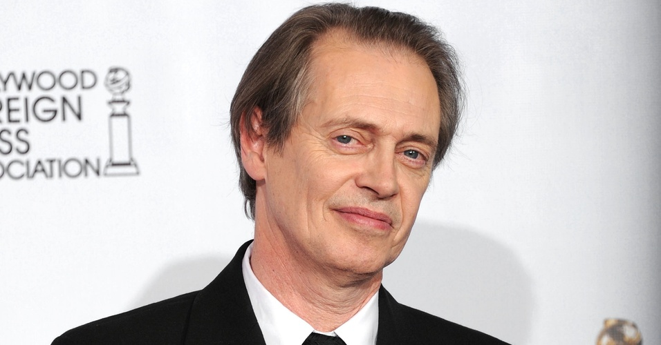 Steve Buscemi posa com seu pr&#234;mio de Melhor Ator de S&#233;rie por &#34;Boardwalk Empire&#34;
