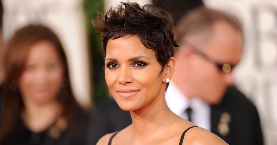 Halle Berry passa pelo tapete vermelho do Globo de Ouro, nos EUA &#40;16/01/2011&#41;