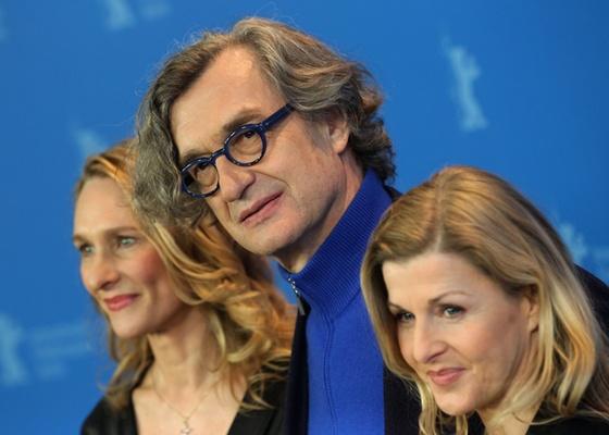 Wim Wenders posa para os fotógrafos entre  as dançarinas Julia Shanahan e Barbara Kaufmann, antes da entrevista coletiva de Pina no Festival de Berlim (13/02/2011)