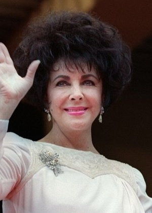 """Durante o evento """"Cinema contra a Aids"""", Elizabeth Taylor acena para o público (20/5/93). Atriz morreu em março de 2011, mas sua fundação contra a Aids continua funcionando"""