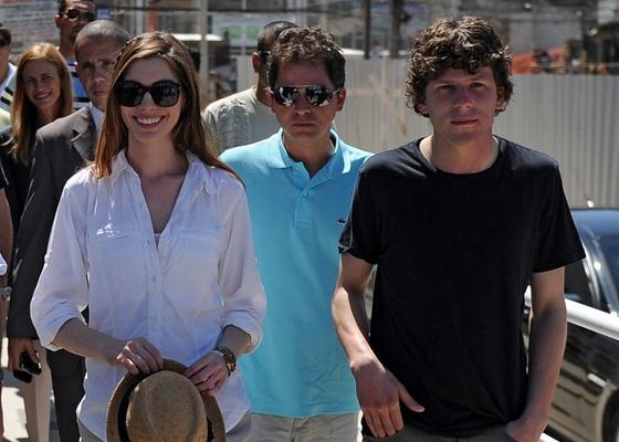 Da esquerda para a direita: a atriz Anne Hathaway, o diretor Carlos Saldanha e o ator Jesse Eisenberg promovem o filme Rio no Complexo do Alem�o (25/03/2010)