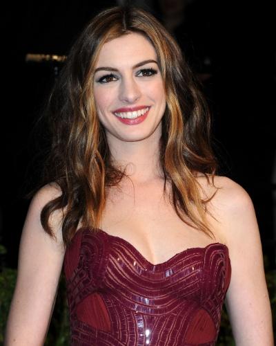 Anne Hathaway chega a uma festa após apresentar o Oscar, na Califórnia, nos EUA (27/02/2011)