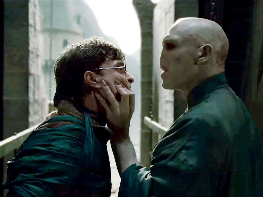 Harry Potter (Daniel Radcliffe) enfrenta seu inimigo mortal, Voldemort (Ralph Fiennes) em 