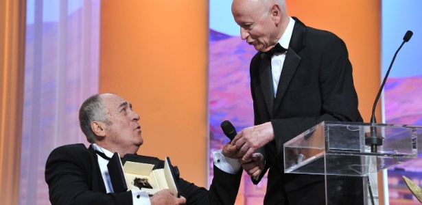 Gilles Jacob (&#224; direita) entrega Palma de Ouro honor&#225;ria ao diretor Bernardo Bertolucci (11/5/11)