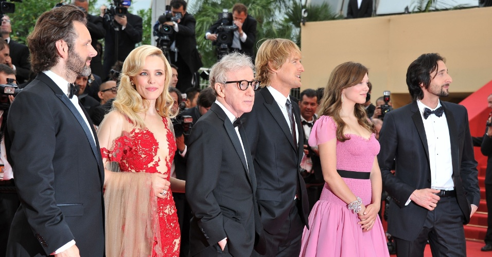Woody Allen (de óculos) acompanha o elenco de