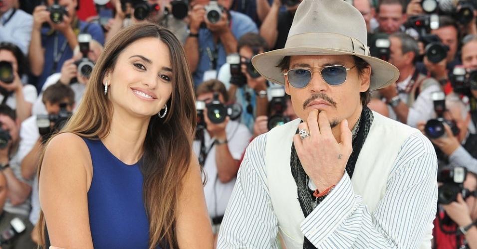 Johnny Depp e Penélope Cruz promovem em Cannes o filme
