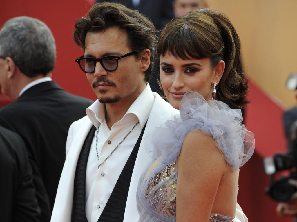 Johnny Depp e Penelope Cruz posam no tapete vermelho de Cannes antes da exibição do quarto filme da saga