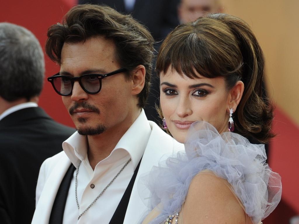 Os atores Johnny Depp e Penelope Cruz posam no tapete vermelho antes da exibição do filme