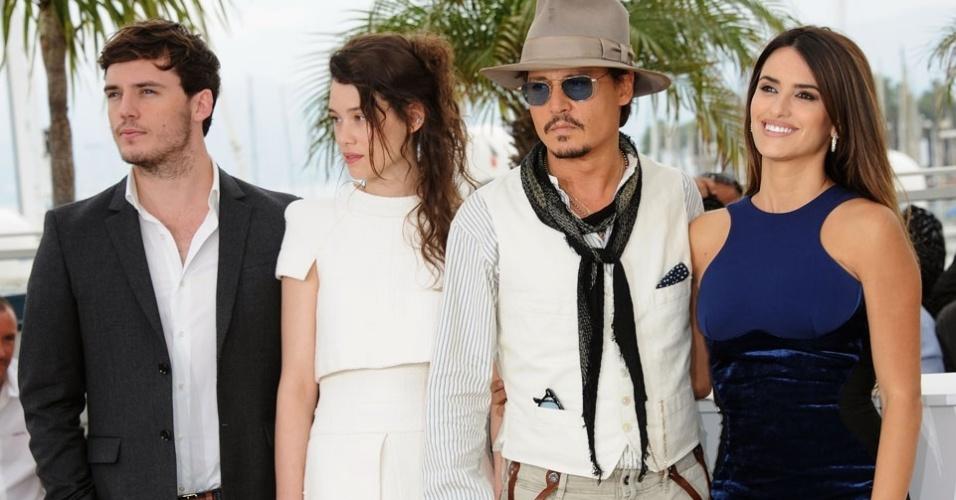 Os atores Sam Caflin, Astrid Berges-Frisbey, Johnny Depp e Penelope Cruz participam do Festival de Cannes para promover o quarto filme da saga