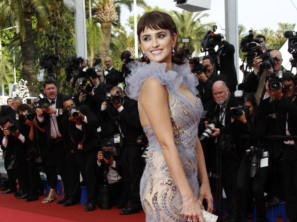 Penelope Cruz exibe seu vestido sereia na cor lilás no tapete vermelho de Cannes. A atriz espanhola está no elenco do quarto filme da saga