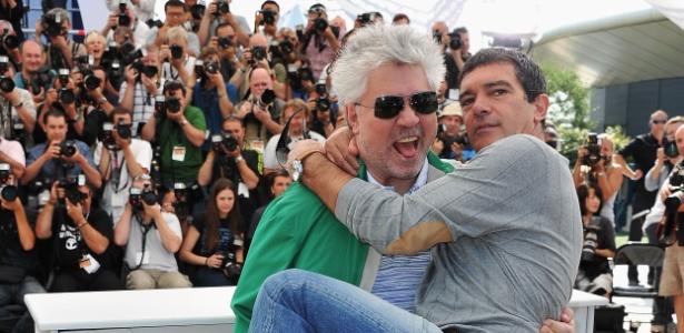O diretor Pedro Almod�var pega o ator Antonio Banderas no colo depois da sess�o de fotos de A pele que Habito