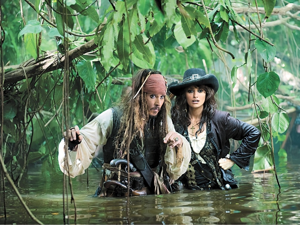 Cena do filme Piratas do Caribe 4, com Johnny Depp e Penelope Cruz