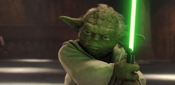 Mestre Yoda empunha seu sabre de luz