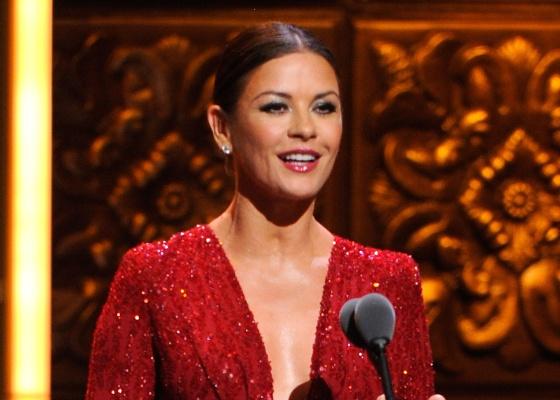 Catherine Zeta-Jones apresenta um dos prêmios do Tony Awards (12/06/2011)