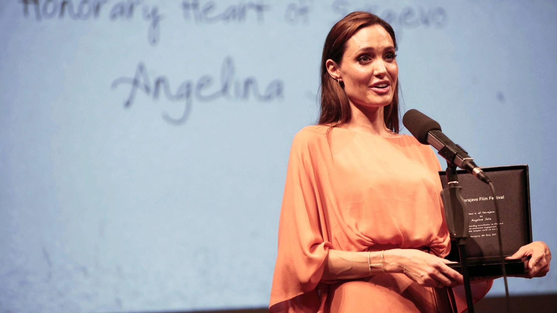 Atriz Angelina Jolie fala ao receber prêmio no festival de filmes de Sarajevo (31/07/2011)