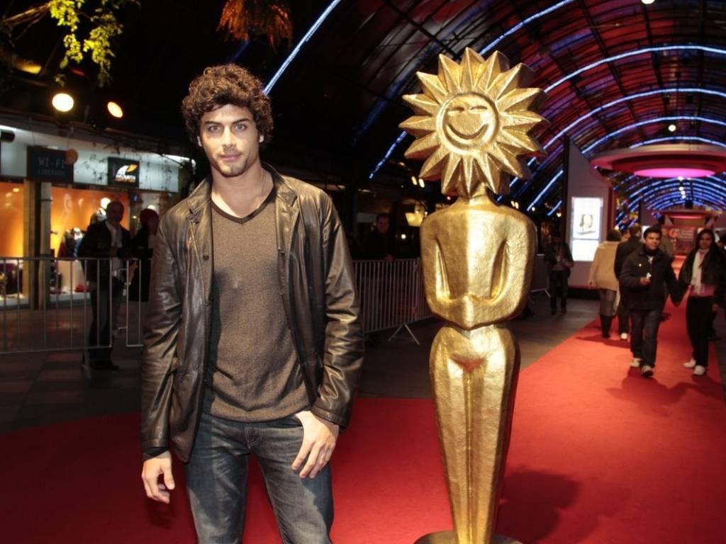 O modelo Jesus Luz posa para fotos no tapete vermelho do Festival de Gramado