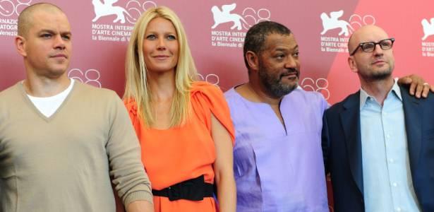 """Os atores Matt Damon (à esq.), Gwyneth Paltrow e Laurence Fishburne posam com o diretor Steven Soderbergh durante a divulgação de """"Contágio"""", no Festival de Veneza (3/9/11)"""