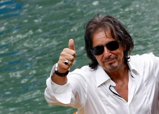 Al Pacino acena para os fãs ao subir no barco após coletiva de imprensa do filme Wilde Salome, em que atua e dirige, no festival de Veneza (4/9/11)