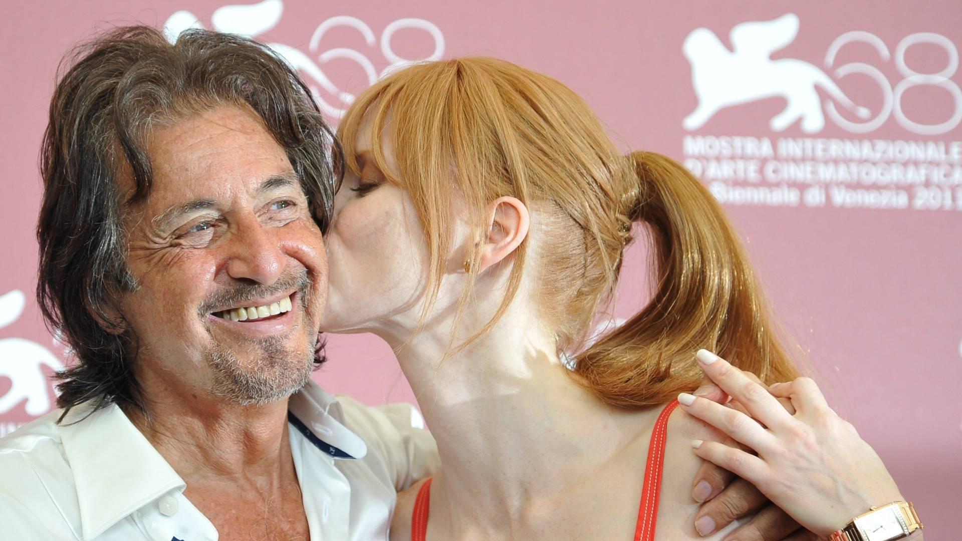 Al Pacino ganha beijo da atriz Jessica Chastain no tapete vermelho durante sessão de fotos do filme