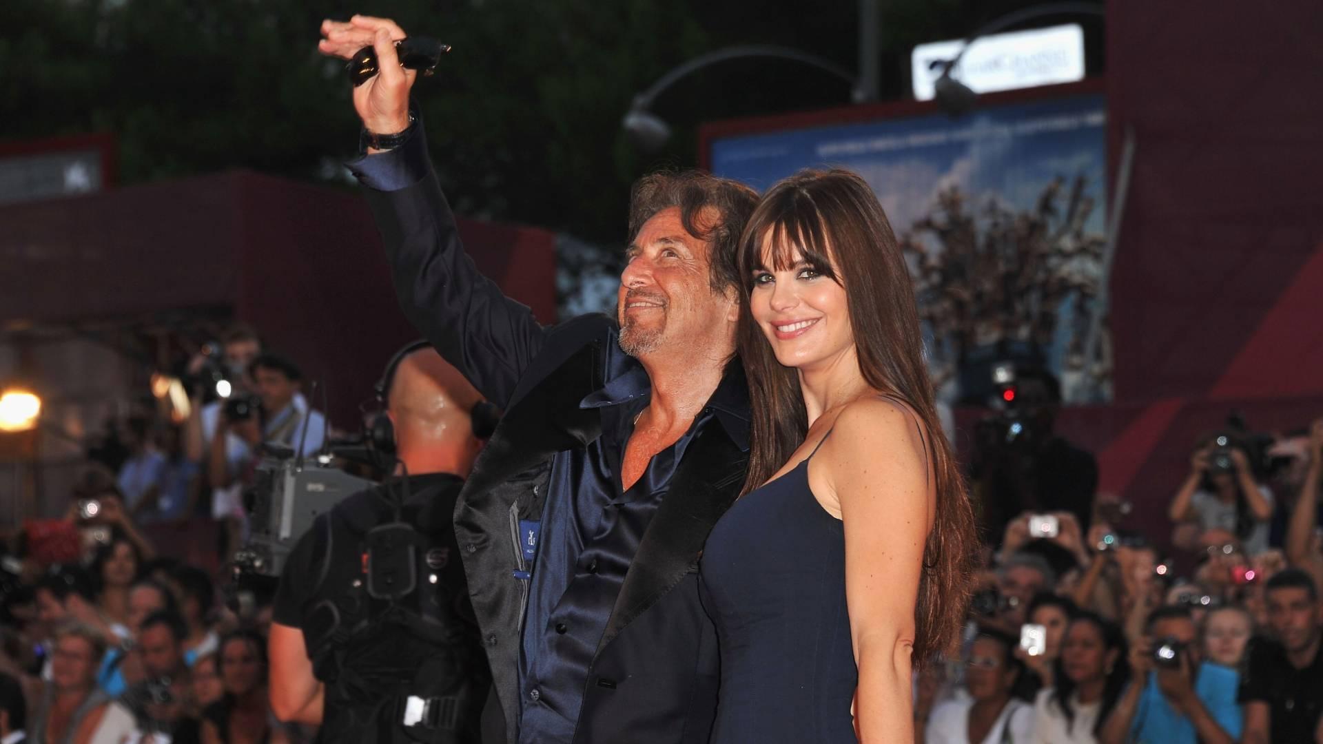 Al Pacino posa para fotógrafos no tapete vermelho do festival de Veneza ao lado da namorada, a atriz argentina Lucila Sola (4/9/11)